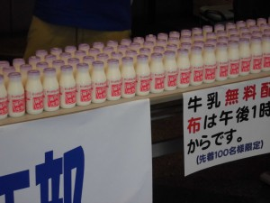 用意した100本の牛乳